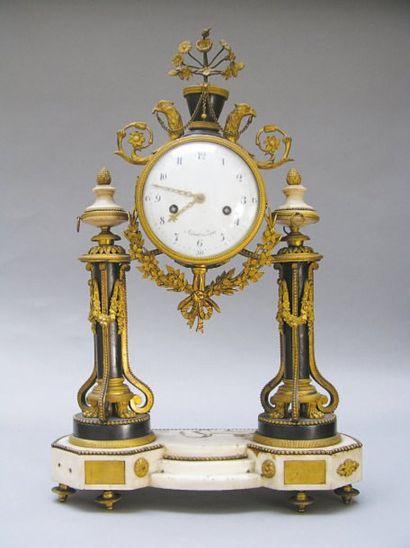 Pendule portique en bronze ciselé et doré,...