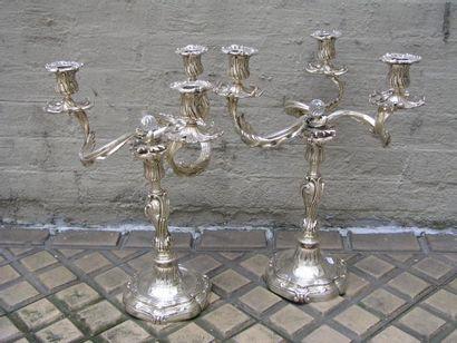 Paire de candélabres en métal argenté, la...