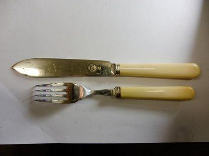 5 COUVERTS A POISSON et UNE FOURCHETTE MANCHE façon ivoire extrémités métal argenté...