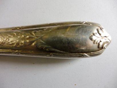 11 GRANDS COUTEAUX manche culot et rinceaux feuillagé entrecroisés métal argenté...