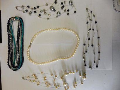 7 COLLIERS de perles façon corail, hématite,...