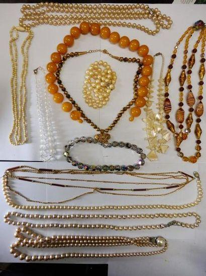 5 COLLIERS de fausses perles, collier fragment...