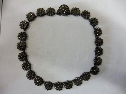 COLLIER ras de cou constitué de 24 rosettes en acier poli longueur35,5 cm dans...