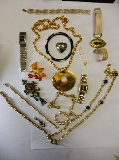 LOT COMPRENANT : 5 bracelets, 2 sautoirs...