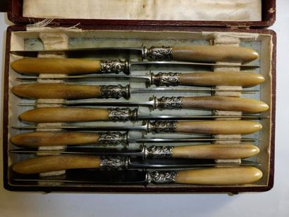 11 PETITS COUTEAUX manche corne blonde, virole rocaille, lame acier, fabricant E....