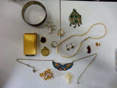 LOT COMPRENANT 2 broches argent et métal doré, 2 bagues, 5 pendentifs, 2 colliers,...