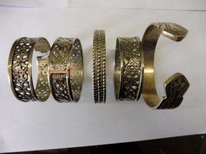 5 BRACELETS RUBAN A motifs géométriques certains...