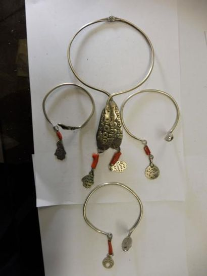 PARURE Comprenant : Un collier et trois bracelets...