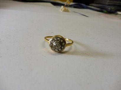 BAGUE ROSACE au centre un diamant taille...