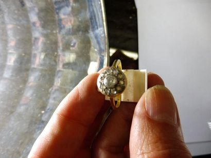 BAGUE ROSACE au centre un diamant taille ancienne de 0,20 ct entouré de 10 diamant...