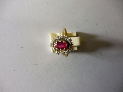 BAGUE ornée d'un rubis ovale de 0,50 ct entouré...