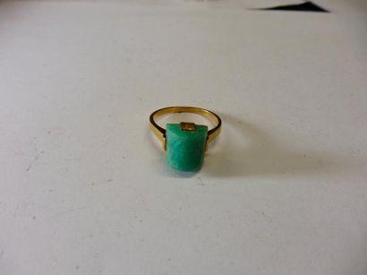 BAGUE ornée d'un demi-cylindre de jadéite...