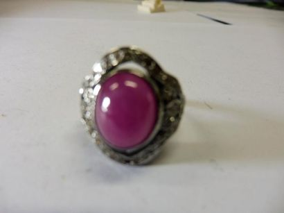 BAGUE ornée d'un rubis ovale cabochon monture contours pavé de diamant argent poids...