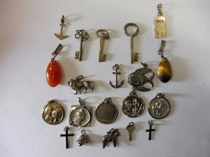 18 PENDENTIFS: 4 clefs argent H: 1,8 à...