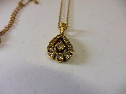 PENDENTIF de forme ovale pavé de 14 diamants de taille brillant de 0,02 à 0,10 ct...