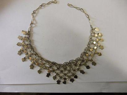 COLLIER DRAPERIE anneaux filigranés retenant une résille étoilée en pendentif cœur...