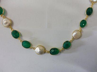 COLLIER constitué par une alternance de chrysoprases ovales facettées et de perles...