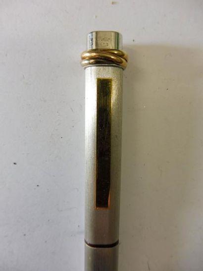 STYLO PLUME modèle ''trois anneaux'' acier poli et métal doré de chez CARTIER (bon...