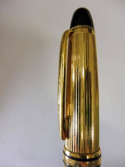 3 STYLOS A BILLE plastique noir et bakélite noire métal poli et doré