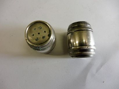 SALIERE et POIVRIERE ''tonneau'' de chez CHRISTOFLE métal argenté H: 2,9 cm – Diam...