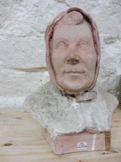 MERCIER Louis ''tête de femme au capuchon'' terre cuite H : 35 cm (quelques man...