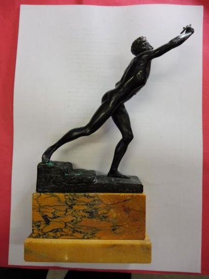 NENEHKAMEN Max Krise ''l'athlète vainqueur'' bronze patiné socle en marbre jaune...