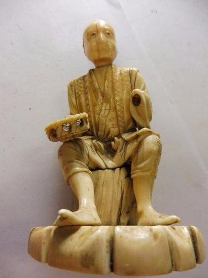 OKIMONO ''mendiant'' ivoire JAPON XIXème H : 11 cm (manque une main)