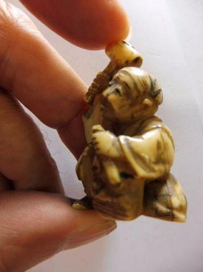 OKIMONO ''petit personnage sculptant un masque''...