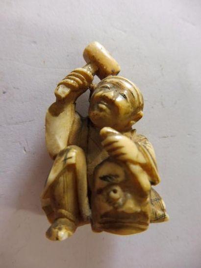 OKIMONO ''petit personnage sculptant un masque'' ivoire JAPON fin XIXème H : 3,9...