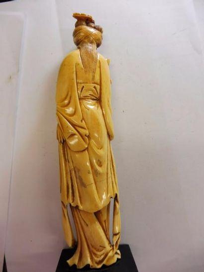 ''kwan-Yin à la fleur'' ivoire patinée CHINE début XXème H : 19,6 cm - socle