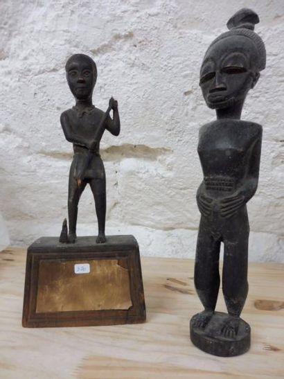 2 STATUETTES en bois noirci dont une représentant...