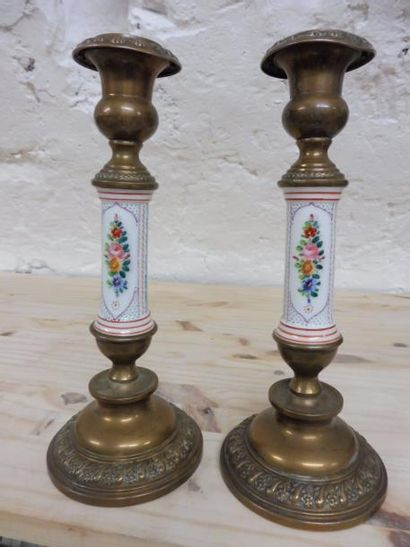 PAIRE DE FLAMBEAUX base ronde et binet en vase Médicis en laiton estampé de fleurs...