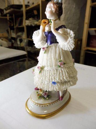 ''Jeune fille en robe de tulle enlevant son...