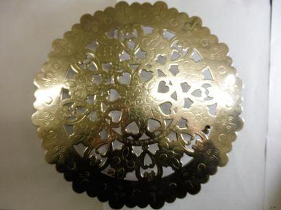 DESSOUS DE PLAT de forme circulaire porté par 4 pieds à roulettes (un pied dessoudé)...
