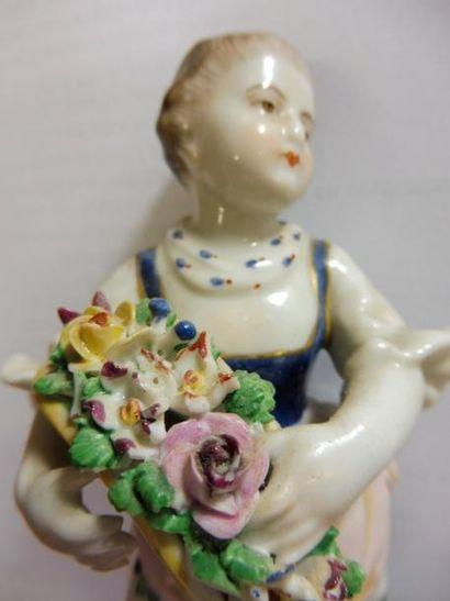 ''Jeune fille tenant des fleurs dans un chapeau...