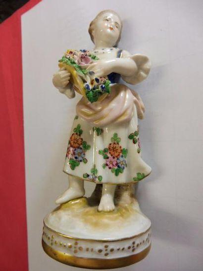 ''Jeune fille tenant des fleurs dans un chapeau de paille'' porcelaine polychrome...
