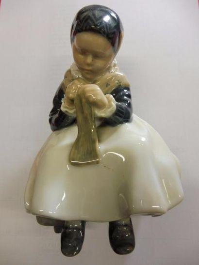 ''Jeune fille réparant un bas'' porcelaine...