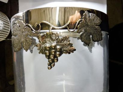 SEAU A GLACE de forme cylindrique, verre clair monture décor de pampres métal argenté...