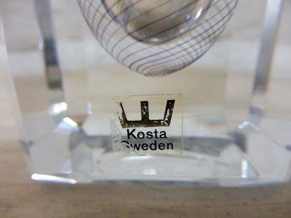 VASE de section losangique cristal clair signé KOSTA et numéroté H : 21 cm – 8,5...