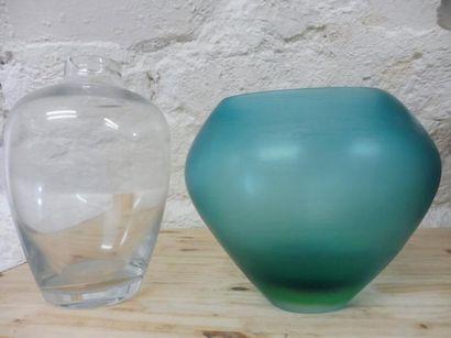 2 VASES de forme balustre en verre clair H : 28 cm – diam 18 cm de forme renflée...