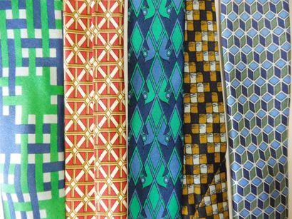 5 CRAVATES en soie motifs géométriques de...