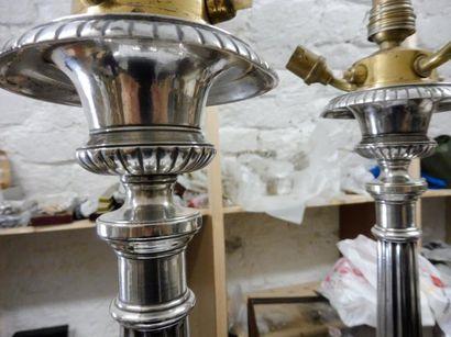 PAIRE DE GRANDS FLAMBEAUX base ronde décor frise de godrons fut cannelé métal argenté...