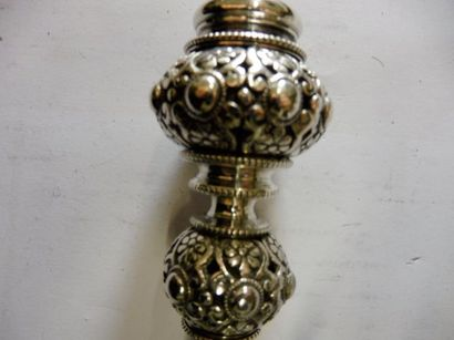 CACHET prise en double boules croissantes décor cabochons et entrelacs bronze argenté...
