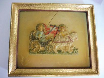 PIECE encadrée ''chariot tiré par un mouton accompagné de deux anges'' cire polychrome...