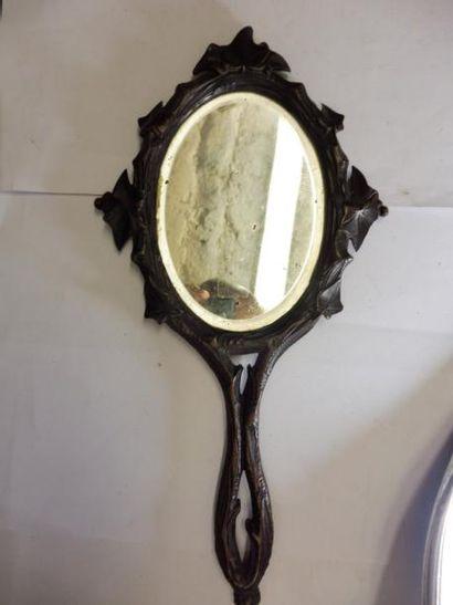 MIROIR A MAIN à un ovale miroir biseauté...