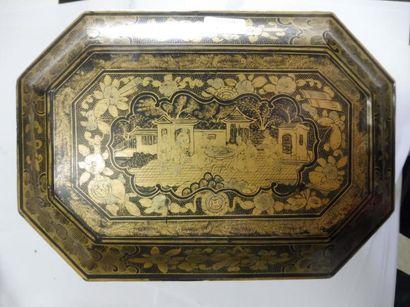 COFFRET A THE rectangulaire coins coupés porté par quatre pieds griffes ailés décor...