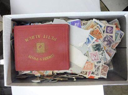BOITE A CHAUSSURE contenant un vrac de timbre-poste...