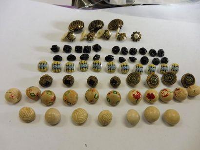 LOT DE PETITS BOUTONS : 18 céramiques beige...