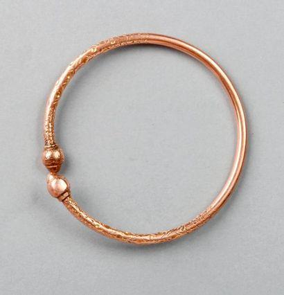 BRACELET rigide en or rose à décor de fleurs,...