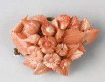 BROCHE et BRACELET ornés d'un motif en corail...